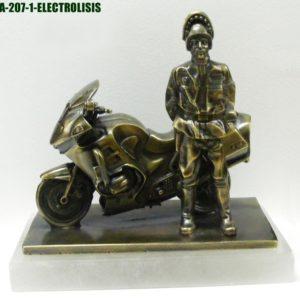 Figura Guardia trafico con moto baño bronce 22´5x20 cm. Aproximadamente